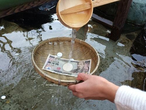 三光稲荷の池