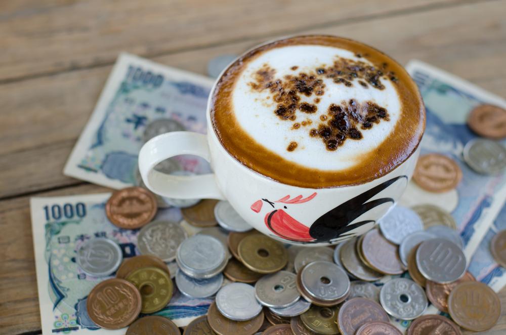 お金とコーヒーカップ