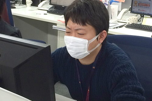 マスクをする押尾