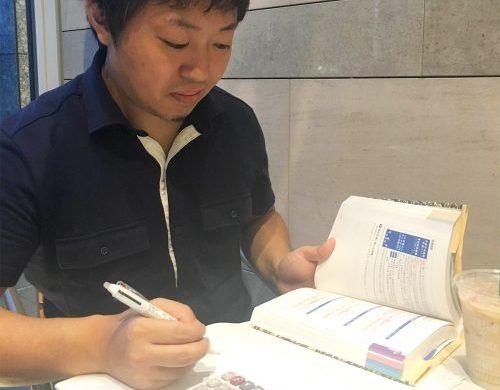 勉強をする押尾