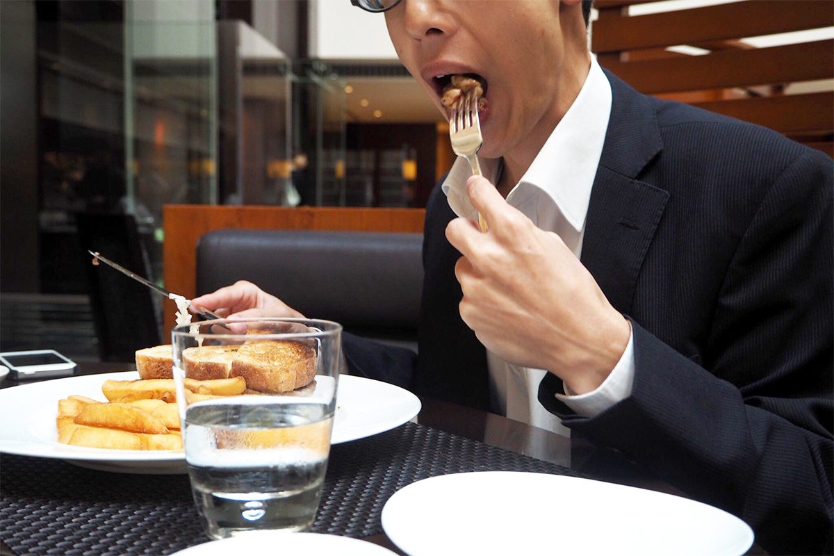 メインディッシュを食べるKさん
