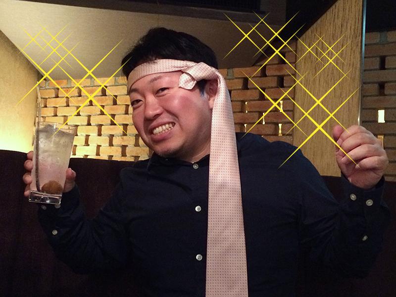ネクタイを巻く押尾
