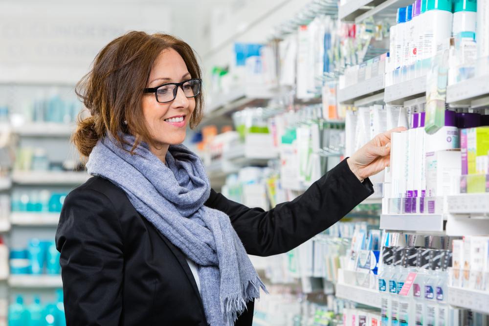 薬を選んでいる女性